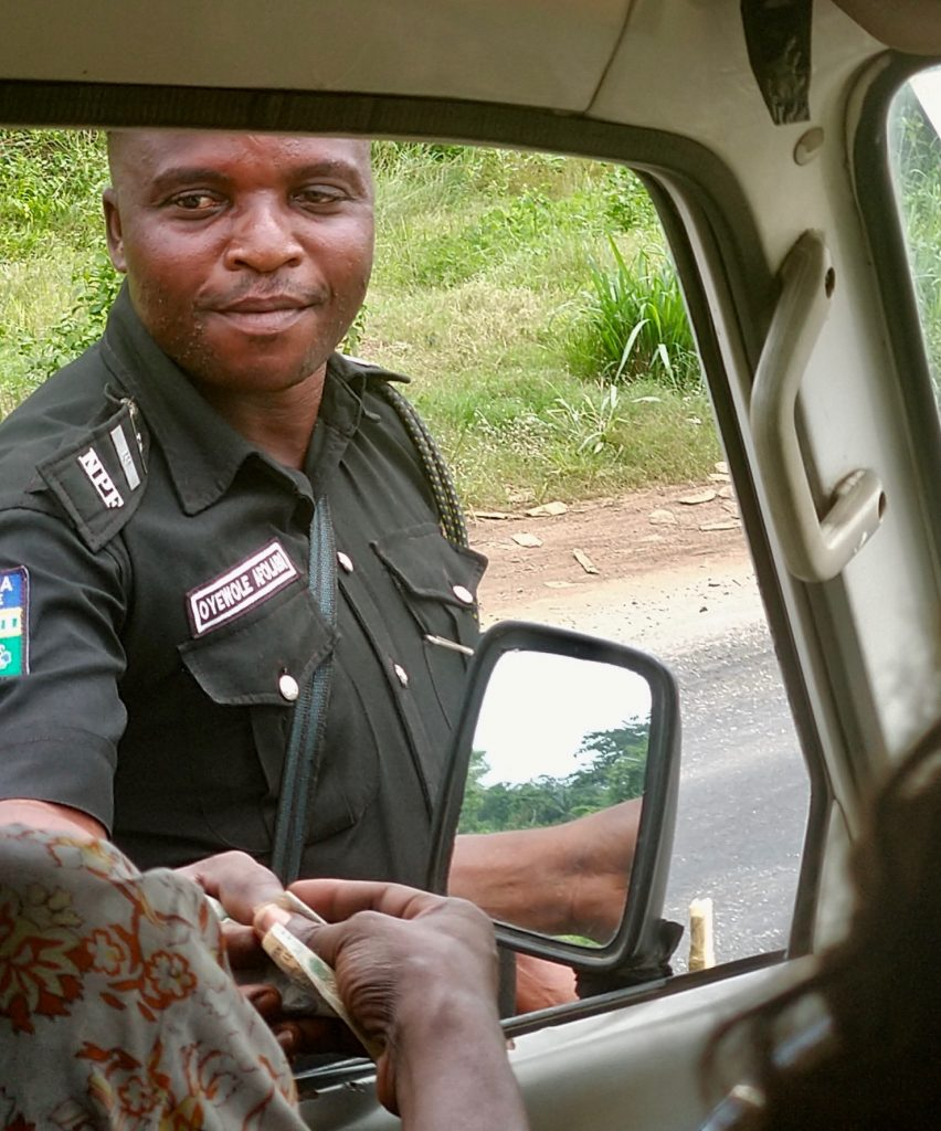 PHOTOS: Nigerian police officers caught on camera taking bribe | Campus  Reporter